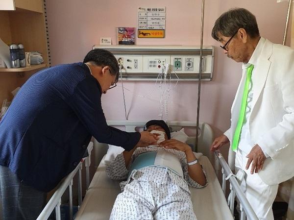 병실 지난 14일 낮 소설가 이외수 작가(우)가 병상에 누워 있는 개그맨 겸 가수인 김철민을 만났다.