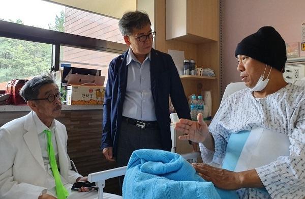 병실  소설가 이외수 작가(좌)와 통증을 참고 대화를 나누고 있는 개그맨 겸 가수 김철민(우)이다.