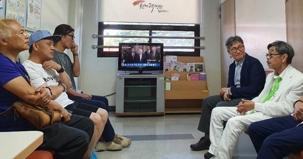 휴게실 김철민이 CT를 촬영할 동안 병원 휴게실에서 이외수 선생과 대화를 나눴다.  좌로부터 김학민 인사아트프라자 갤러리 관장, DJ 하심과 우측 첫 번째 이외수 작가이다.