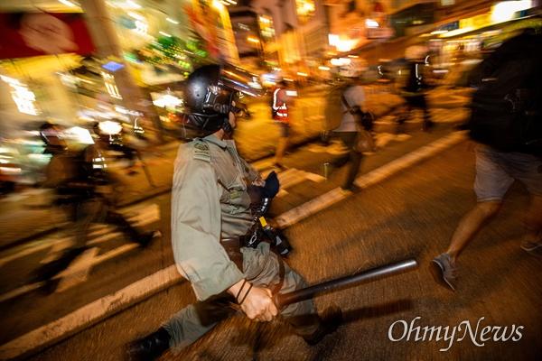 진압봉 들고 해산작전 나선 홍콩경찰 17일 오후 홍콩 몽콕 경찰서 앞에서 출발한 무장경찰이 송환법 반대 시위자들을 진압하기 위해 야우마테이역을 향하고 있다.