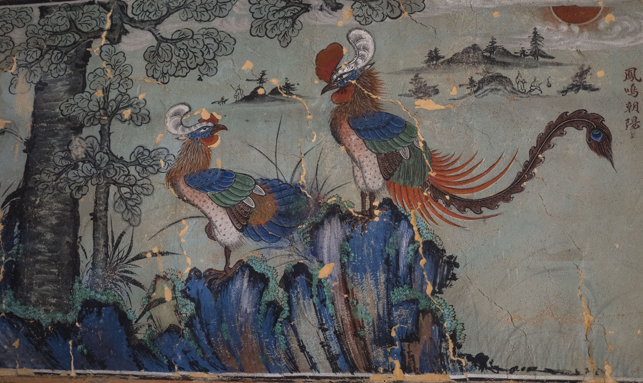 영산암 응진전 벽에 그려져 있는 봉황   영산암 응진전에 봉정사 창건실화를 표현하는 벽화가 그려져 있다.