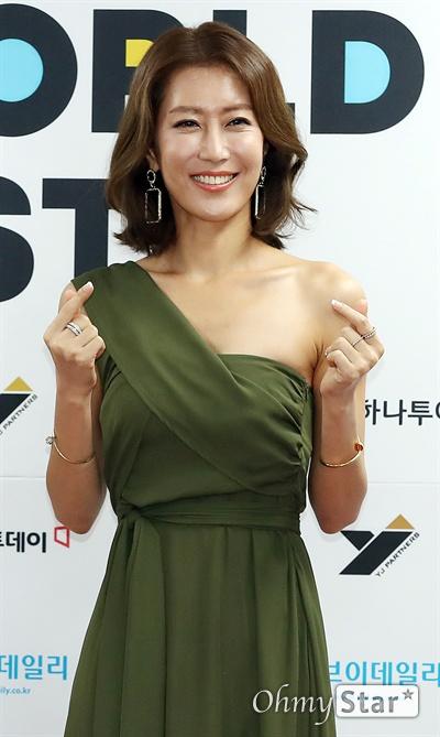 'K-소울 콘서트' 서제이, 7080 사랑해요! 18일 오후 서울 방이동 올림픽공원 핸드볼경기장에서 열린 <2019 케이월드 페스타 ; K-소울 콘서트> 포토월에서 MC를 맡은 가수 서제이가 포토타임을 갖고 있다.