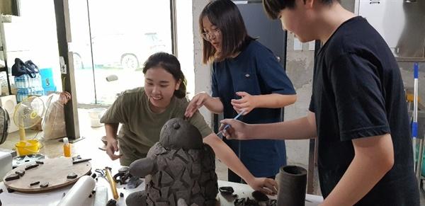 지난 17일 경기꿈의학교 '홈데코제작소 굿세라' 참여학생들이 거북이 도자조형물을 만들고 있다. 이천시 신둔면 예스파크에 위치한 문경오브제에서.