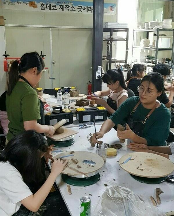 한국전통문화대학교 송혜림 학생도 '홈데코제작소 굿세라 꿈의학교'에서 도예 재능기부로 참여했다.