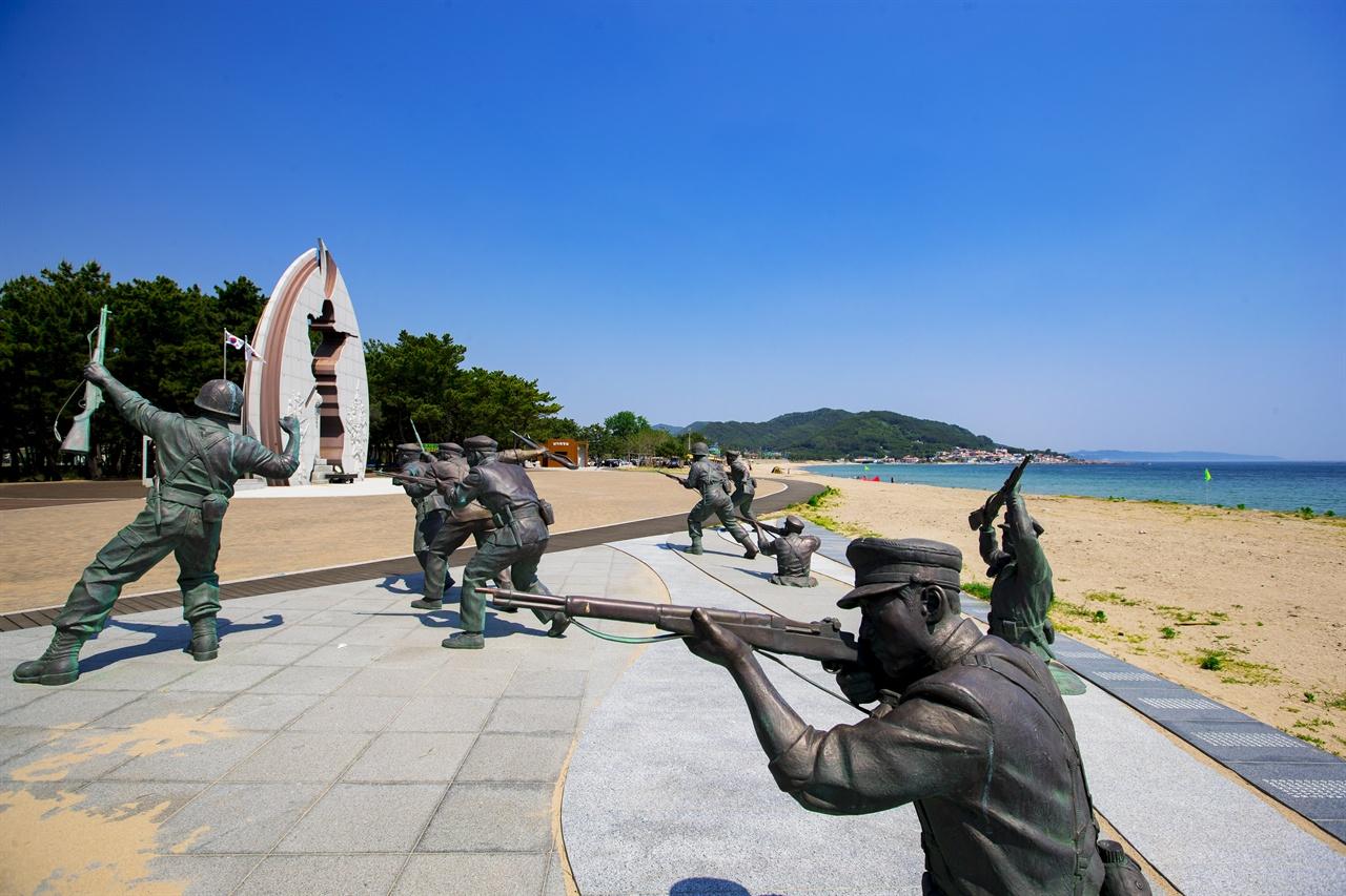 '장사상륙작전' 당시를 재현한 조형물.