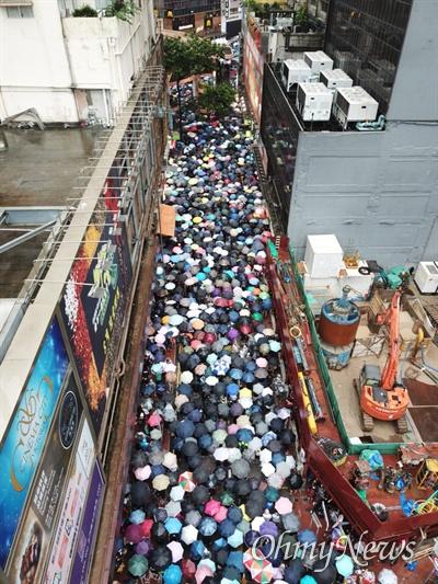 강경진압 경고에도 거리로 쏟아진 홍콩시민들 중국 정부의 강경진압 경고에도 불구하고 18일 오후 송환법에 반대하는 홍콩시민들이 빅토리아 공원을 가득 채워 집회를 성사시킨 뒤, 폭우 속에 거리행진을 하고 있다.