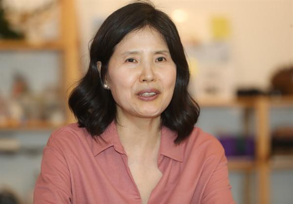 '미투(MeToo :나도 당했다)' 운동을 촉발한 최영미 시인이 25일 오후 서울 마포구 서교동의 한 카페에서 열린 '다시 오지 않는 것들' 출간 기념 간담회에서 인사말을 하고 있다.