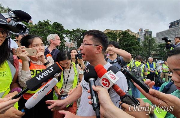 인터뷰 중인 홍콩 민간인권전선 부회장 18일 오후 홍콩 빅토리아 공원에서 열린 송환법 반대 집회를 주최한 민간인권전선의 Wong Yik Mo 부회장이 기자들과 인터뷰를 하고 있다.
