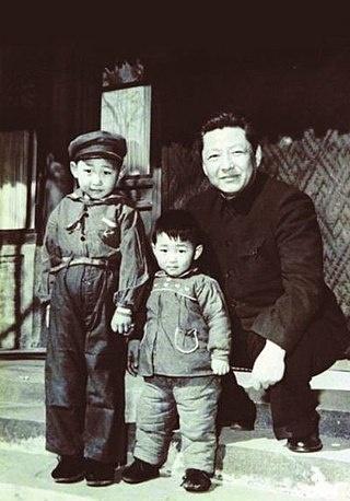 시진핑(왼쪽, 5세)과 시중쉰(45세). 1958년 사진.