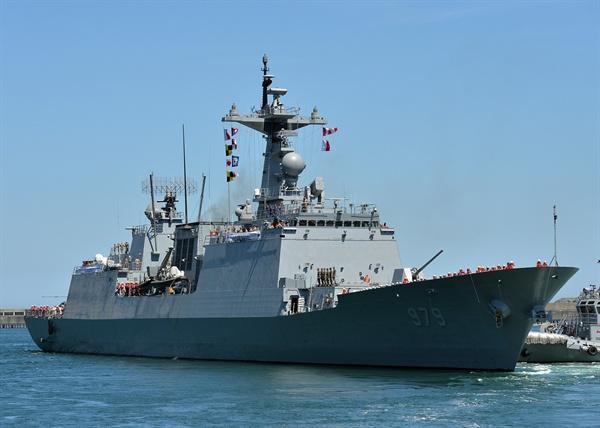 지난 2019년 8월 13일 청해부대 30진 강감찬함 장병들이 파병 임무를 위해 부산작전기지에서 해군 장병들의 환송 속에 출항하고 있다. (자료사진)