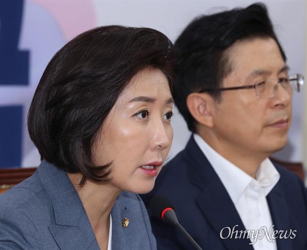 자유한국당 나경원 원내대표가 19일 오전 국회에서 열린 최고위원회의에서 모두발언을 하고 있다. 오른쪽은 황교안 대표.