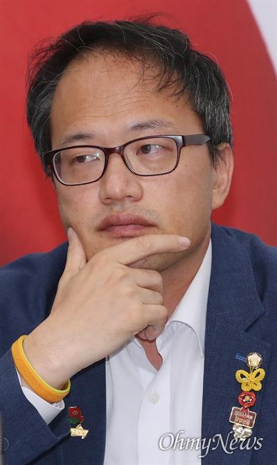더불어민주당 박주민 최고위원이 19일 오전 국회에서 열린 최고위원회의에 참석하고 있다.