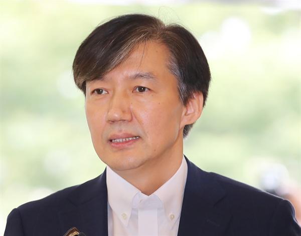 조국 법무부 장관 후보자가 19일 오전 인사청문회 준비 사무실이 마련된 서울 종로구 건물로 출근하며 취재진의 질문에 답하고 있다.