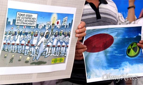 탈핵경남시민행동은 19일 오전 경남도청 프레스센터에서 기자회견을 열면서 독일의 풍자만화를 들어 보였다.