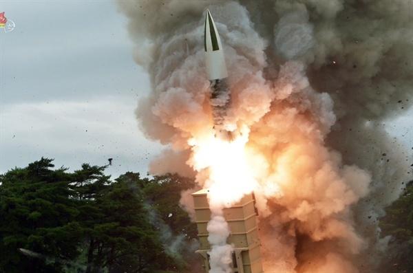북한, 또 '새 무기' 시험 사격... 북한판 에이태킴스 추정 북한이 16일 또다시 김정은 국무위원장의 지도 하에 새 무기 시험사격을 했다고 조선중앙통신이 17일 보도했다. 사진은 조선중앙TV가 공개한 발사 현장으로 '북한판 에이태킴스'로 불리는 단거리 탄도미사일이 무한궤도형 이동식발사대(TEL)에서 화염을 뿜으며 솟구치고 있다.