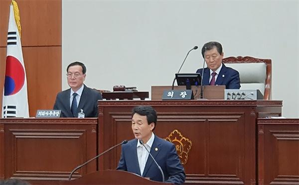 19일 강릉시의회 제277회 임시회 본 회의장에서 이재안 의원이 안인석탄화력발전소 행정사무 조사 요구 제안 설명을 하고있다.
