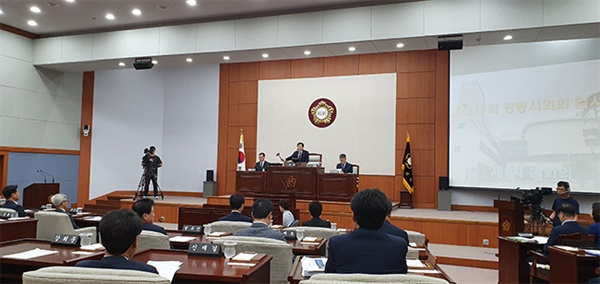 강릉시의회(의장 최선근)는 19일 제277회 임시회를 열어, 이재안 의원 외 6명이 발의한 '안인석탄화력발전소 건설사업에 대한 행정사무조사 특별위원회(조사특위)' 요구를 만장일치로 가결했다.