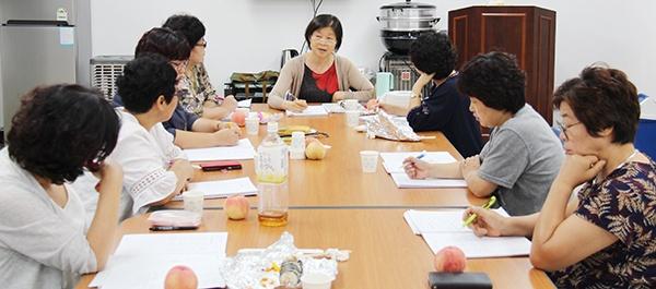 회원들이 마주앉아 영어 공부를 하고 있다.