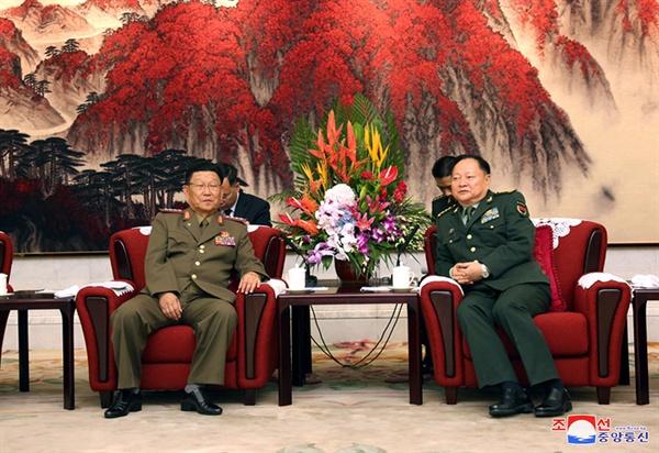 북중 군부, 베이징서 회담 중국을 방문 중인 김수길 북한군 총정치국장이 지난 17일 베이징 중앙군사위 청사인 8·1대루에서 장유샤(張又俠) 중국 공산당 중앙군사위 부주석과 회담했다고 조선중앙통신이 19일 보도했다.