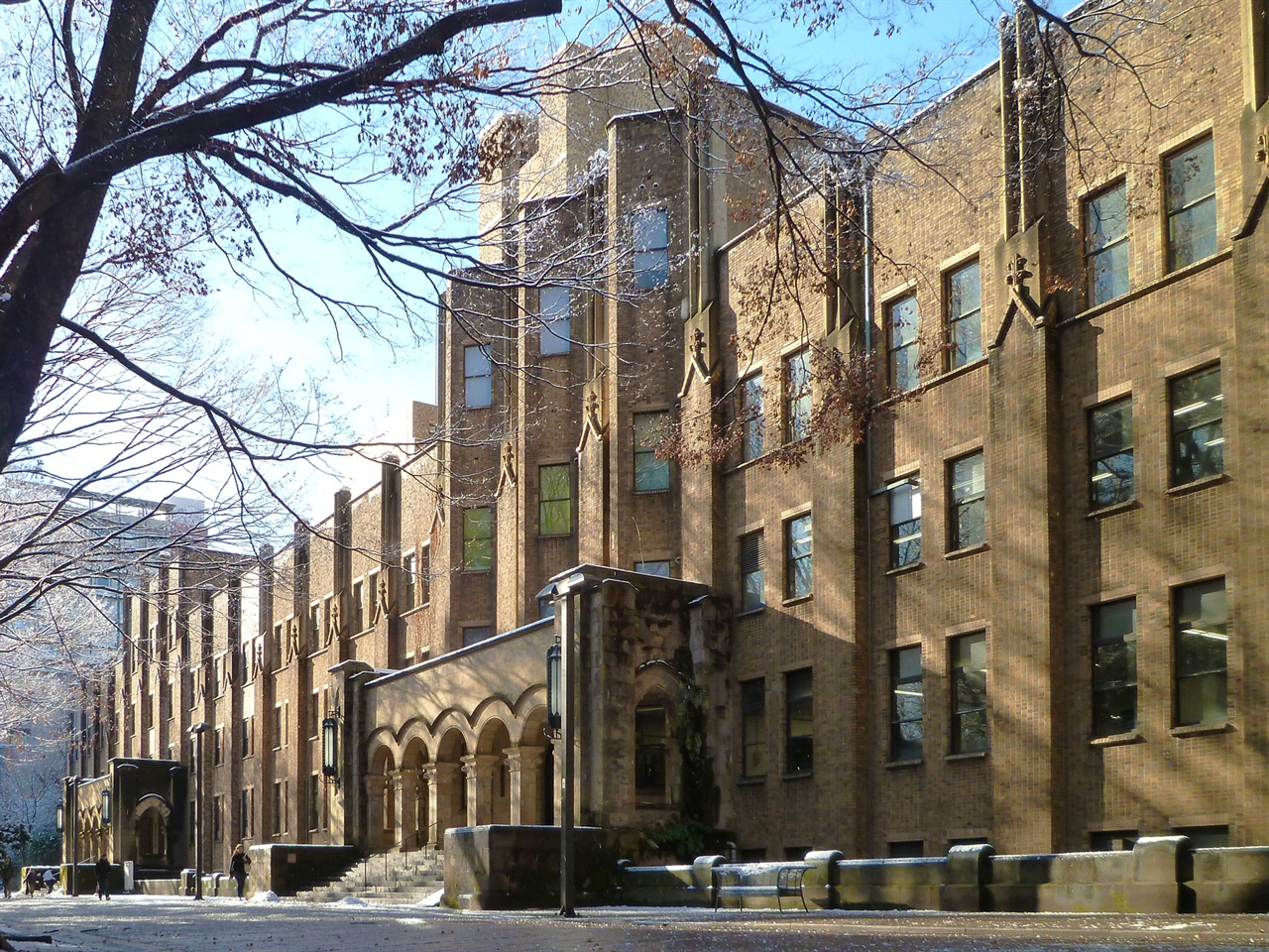 도쿄대학교 종합도서관 도쿄대학교는 '도쿄대학', '도쿄제국대학'을 거쳐 태평양전쟁 패전 후 연합국 사령부(GHQ)에 의해 '국립 도쿄대학교'로 바뀌었다. 제국대학 출범 전인 도쿄대학 시절(1877년) '법리문학부 도서관'이라는 명칭을 사용했는데, 동양에서 처음으로 '도서관' 명칭을 사용한 사례로 추정되고 있다.