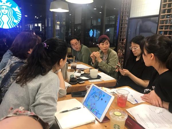 시민들과 회의 중인 고금숙 환경운동가 일회용컵을 줄이기 위한 자발적 시민모임 '어쓰'에서