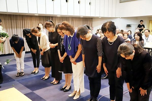 지난 18일 오후 도쿄 치요다구의 한국YMCA회관에서 김대중 전 대통령 10주기 추도식에서 추모객들이 참배하고 있다.