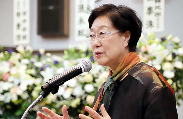 지난 18일 오후 도쿄 치요다구의 한국YMCA회관에서 열린 김대중 전 대통령 10주기 추도식에서 한명숙 전 총리가 기념강연을 하고 있다.