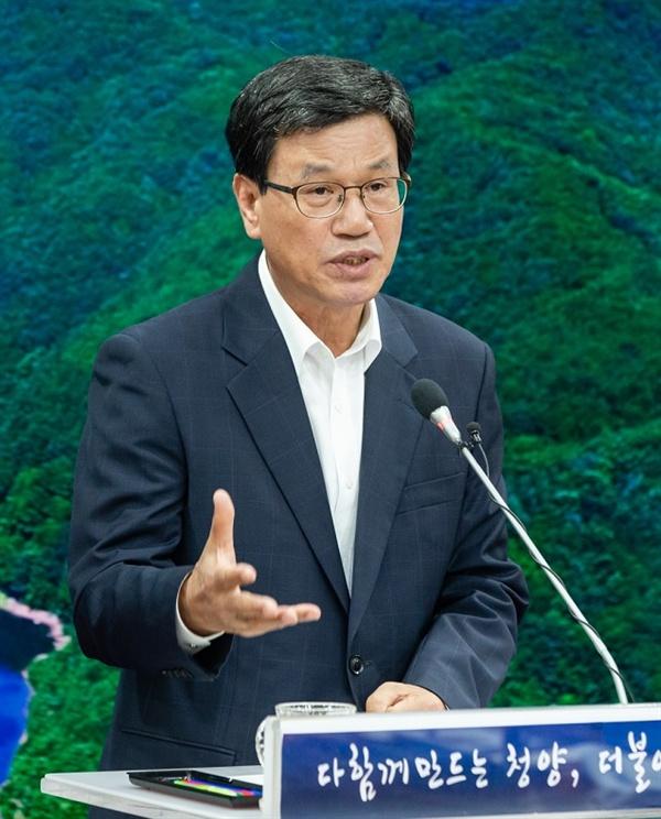 김돈곤 군수가 20일 정례브리핑에서 우라늄 수돗물 사태 이후의 주민들의 건강 상태에 대해 설명하고 있다.