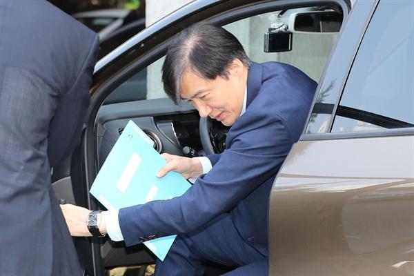 조국 법무부 장관 후보자가 20일 오전 인사청문회 준비 사무실이 마련된 서울 종로구 한 건물로 출근하고 있다. 2019.8.20