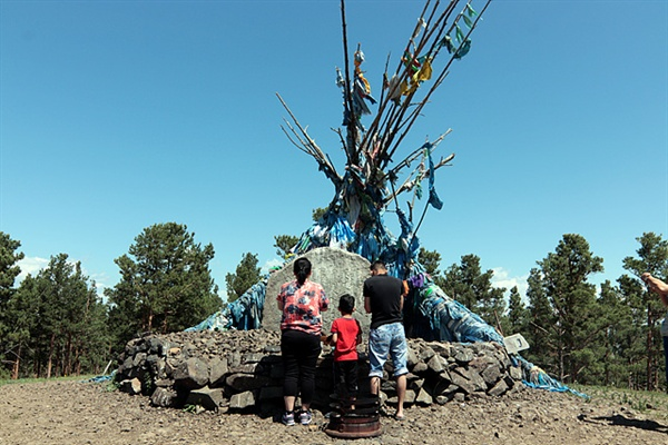 칭기스칸 탄생지 인근의 오보. 몽골인들이 기도하고 있다.