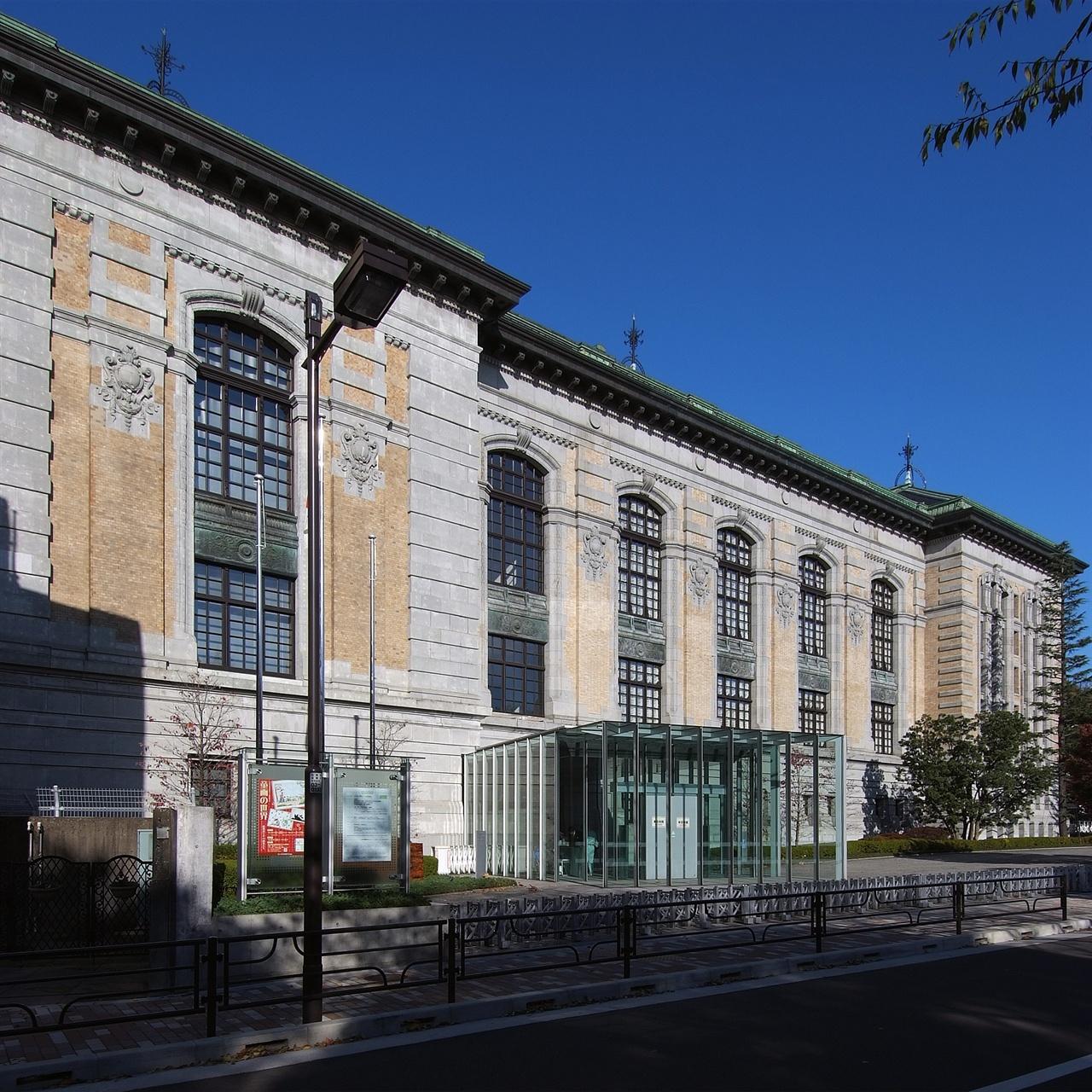 일본의 옛 '제국도서관' 일본에서 '사서'라는 용어가 공식적으로 쓰인 것은 1897년 제국도서관 관제에 '사서장'과 '사서'가 언급되기 시작하면서부터다. 1907년 우에노공원에서 문을 연 제국도서관은 1947년 '국립도서관'으로 이름을 바꿨다가 1949년 '국립국회도서관'으로 통합되었다. '우에노도서관'(上野圖書館)으로 불리기도 했다. 2000년부터 국립국회도서관 산하 '국제어린이도서관'으로 쓰고 있다.