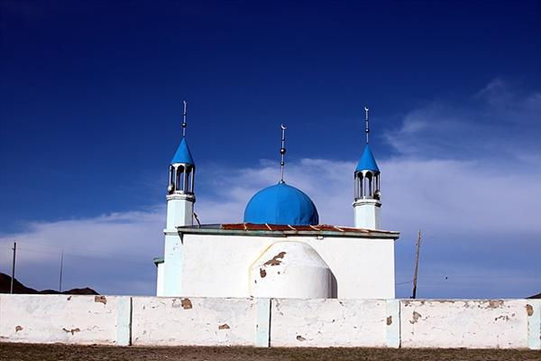 몽골 서쪽끝 올기에는 이슬람을 신봉하는  카자크족들이 살고 있다. 카자크인들이 다니는 이슬람사원 모습으로 칭기스칸이 몽골제국에  종교적 관용을 베푼 흔적이다