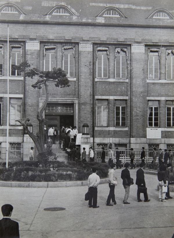 국립중앙도서관에 줄 서서 입장하는 이용자 1950년대까지 도서관 좌석을 차지하기 위해 이용자가 줄을 선 풍경은 한국이나 일본이나 마찬가지였다. 근대 도서관만 놓고 보면 한일 두 나라 도서관은 그 뿌리가 같다. 오늘날 일본 도서관에서 한국과 같은 '칸막이 열람실'을 찾아보기 힘든 건 왜일까?