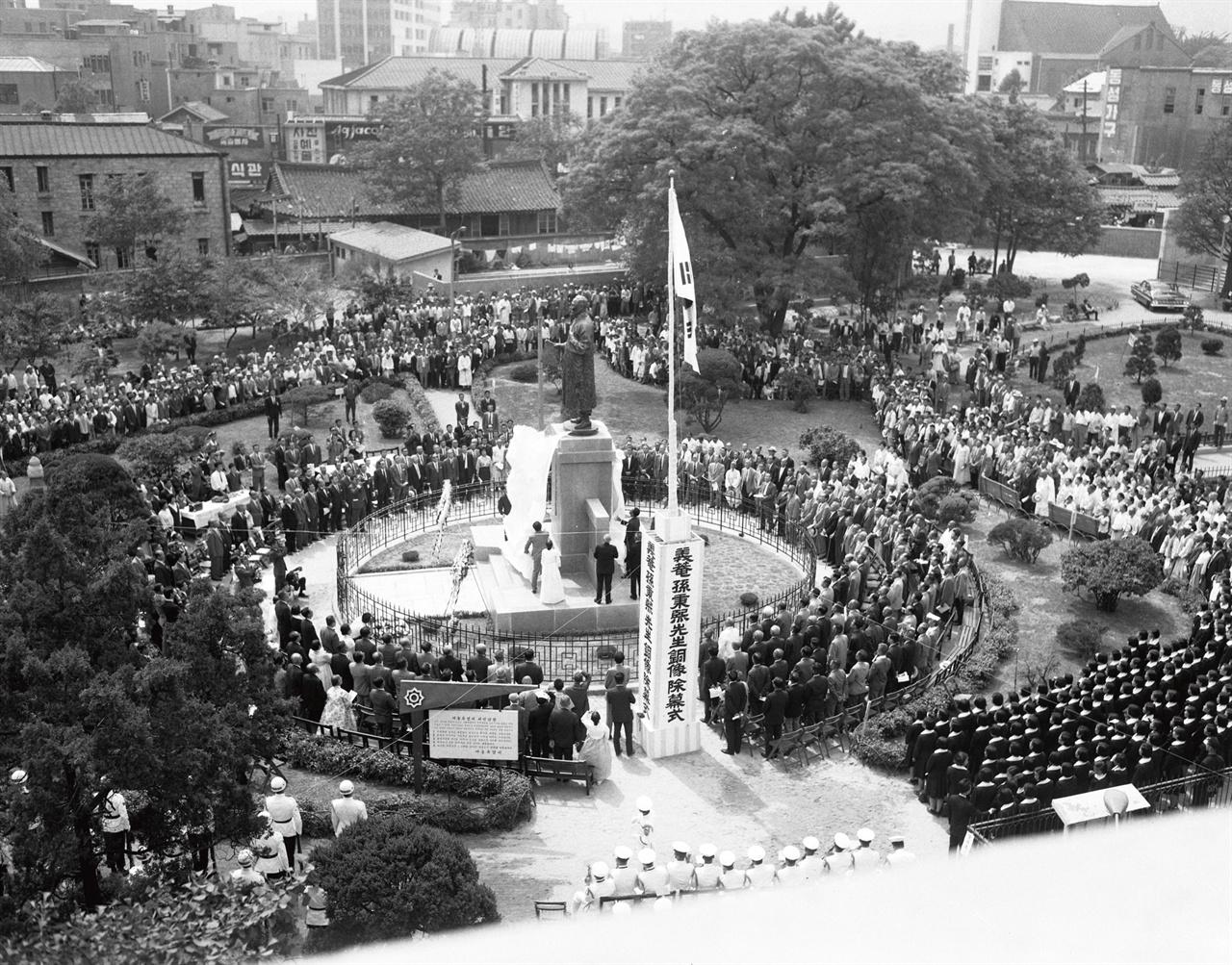 탑골공원 시절 종로도서관 1966년 5월 19일 열린 탑골공원 손병희 동상 제막식 사진이다. 동상 위로 보이는 한옥과 그 왼편에 있는 건물이 탑골공원 시절 '종로도서관'(옛 경성부립도서관 종로분관)이다.1920년대부터 이어진 이 건물이 '최초의 조선인 사서'가 일한 공간이다. 기록으로만 보면 이 땅에서 사서가 처음 일을 한 장소는 명동 시절 경성부립도서관으로, 옛 한성병원 터다.