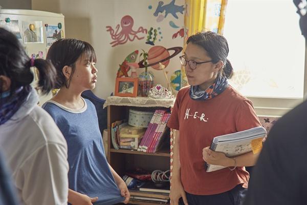 영화 <우리집>의 촬영 현장. 윤가은 감독과 배우 김나연이 대화를 나누는 모습.