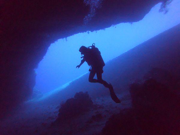 공기통을 메고 잠수하는 스쿠버 다이빙.