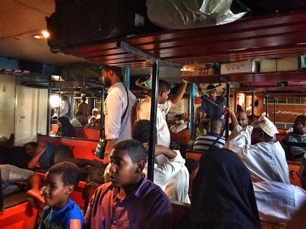 이집트에서 수단으로 나일강을 건너는 배의 삼등실.