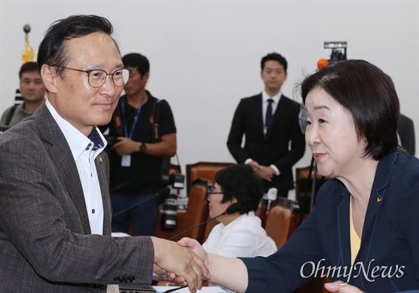 20일 오후 국회에서 열린 정치개혁특별위원회(정개특위) 전체회의에서 홍영표 위원장과 심상정 정의당 의원이 인사하고 있다.