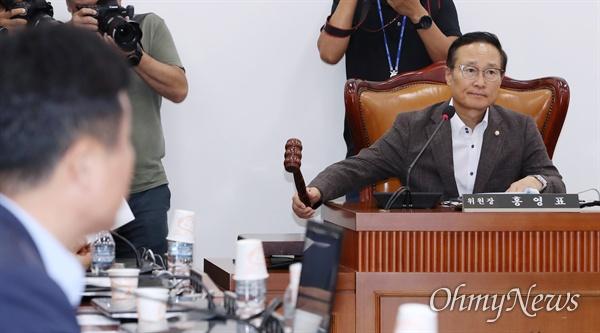 20일 오후 국회에서 열린 정치개혁특별위원회(정개특위) 전체회의에서 홍영표 위원장이 개회를 선언하며 의사봉을 두드리고 있다.