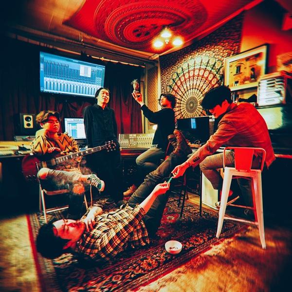 더 모노톤즈의 보컬 훈조는 줄리아 드림의 기타리스트 박준형, 칵스의 드러머 신사론과 신예 뮤지션 홍인성과 최예찬을 더해 아톰 뮤직 하트라는 새 밴드를 만들었다.