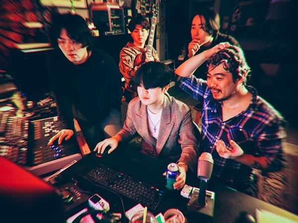 아톰 뮤직 하트의 리더 훈조는 블로그 수기를 통해 '괴롭지 않은 음악이 필요했다'며 자신이 좋아했던 음악을 앨범에 담았다고 밝혔다.