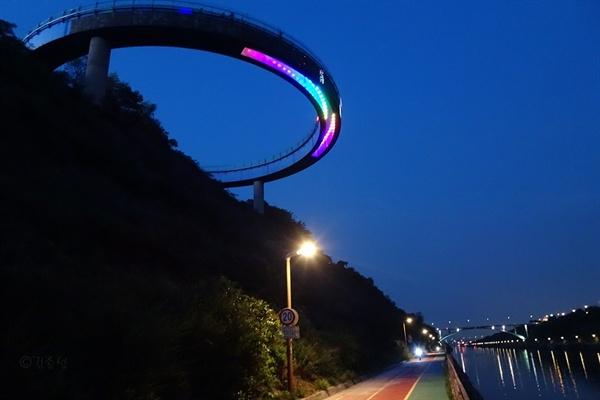 경인아라뱃길의 독특한 조망명소 UFO 전망대.