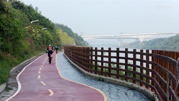 자전거 탄 시민들이 즐겨찾는 경인아라뱃길.