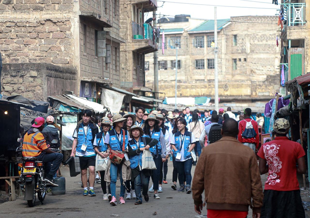 케냐 3대 슬럼가 마타레 지역을 방문 중인 UN 해비타트 한국위원회 청년대표단