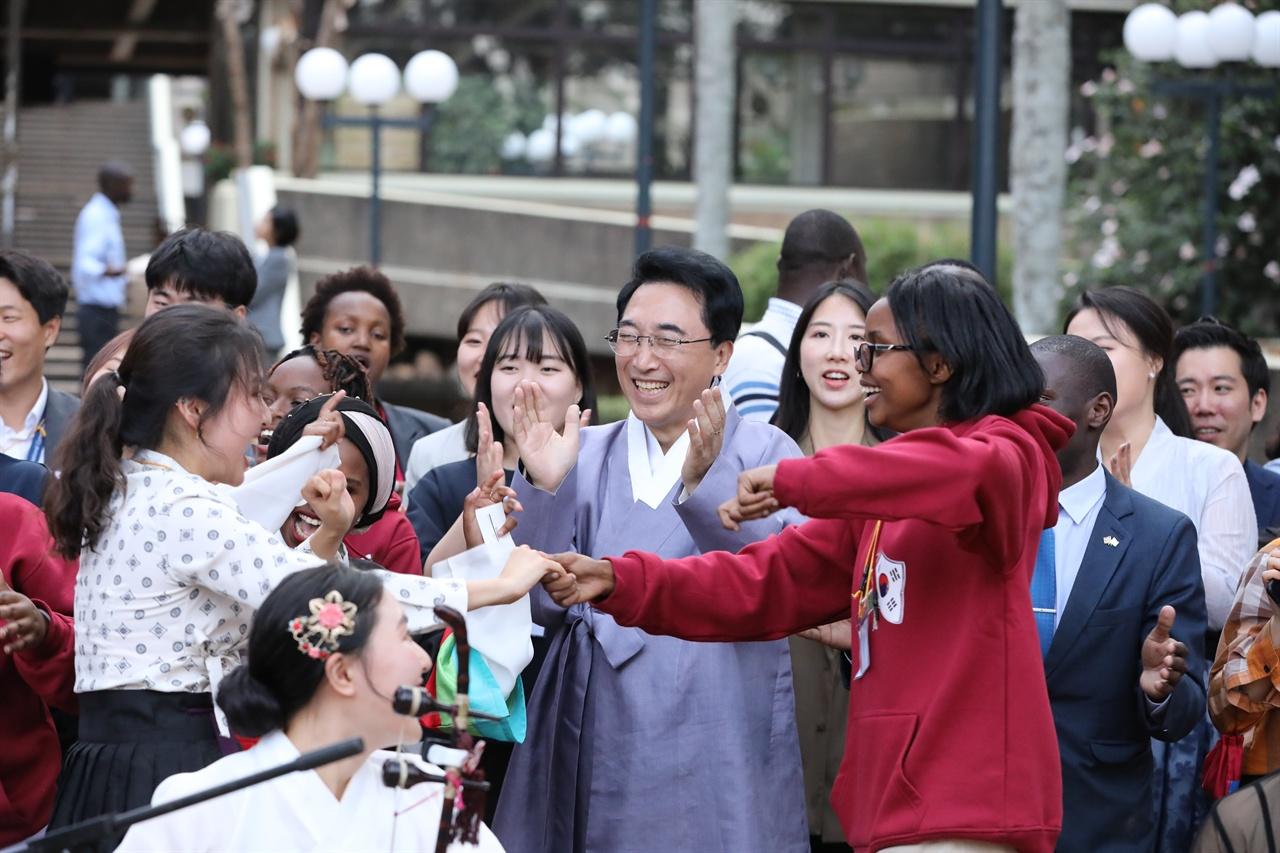 UN 아프리카 본부(케냐 나이로비)에서 '세계 청년의 날'을 맞아 문화친선교류중인 한국-아프리카 청년들