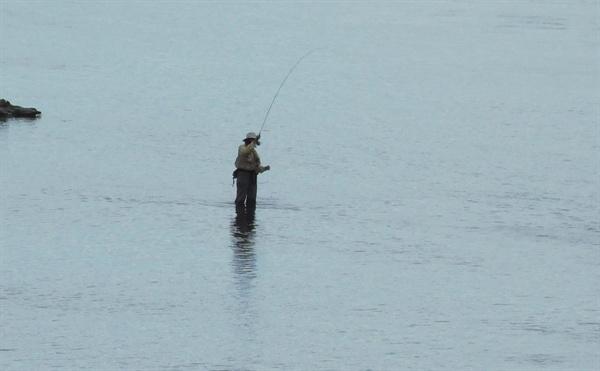 송어 낚시를 즐기는 낚시꾼. 타우포는 송어 낚시로 유명하다.