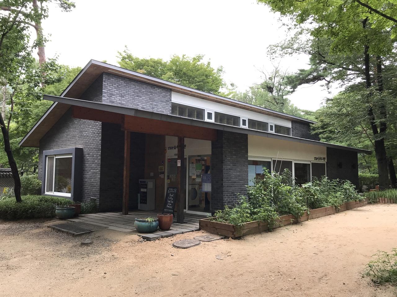삼청공원 안에 자리한 '삼청공원숲속도서관' 삼청공원숲속도서관의 성공 때문일까. 서울시는 2023년까지 서울 안 근린공원에 330m2 내외의 '숲 속 도서관' 20개를 더 짓겠다는 계획을 발표했다.