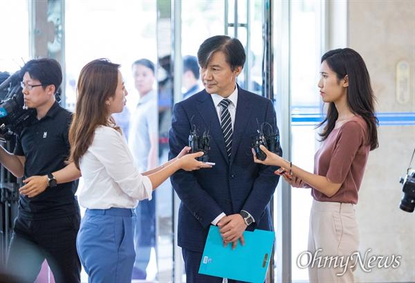 법무부 장관 후보자로 내정된 조국 전 청와대 민정수석이 21일 오전 서울 종로구 인사청문회 준비단이 마련된 사무실로 출근하고 있다.