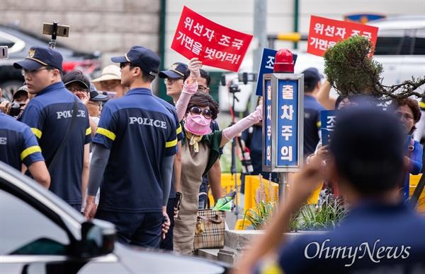 21일 오전 서울 종로구 법무부 장관 후보자로 내정된 조국 전 청와대 민정수석 인사청문회 준비단 사무실 앞에서 보수단체 회원들이 사퇴 시위를 하고 있다