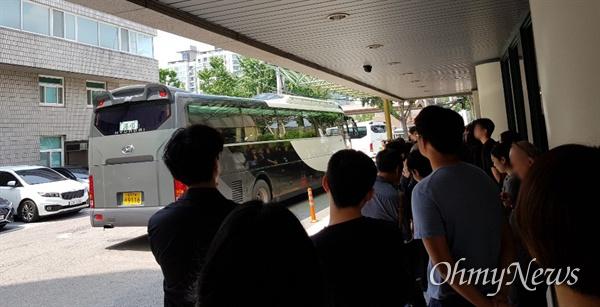지난 20일 서울 종로구 국립중앙의료원 장례식장에서 옥인 콜렉티브의 이정민(48), 진시우(44) 작가의 발인이 치러졌다.